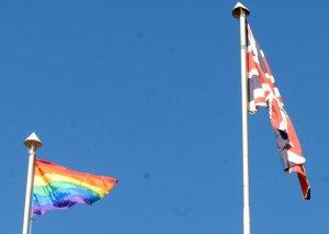 Bandeira do Movimento Gay ao lado da bandeira do Reino Unido hasteda na embaixada britânica na semana em que Brasília organiza a Parada Gay (Foto: Valter Campanato/Agência Brasil)